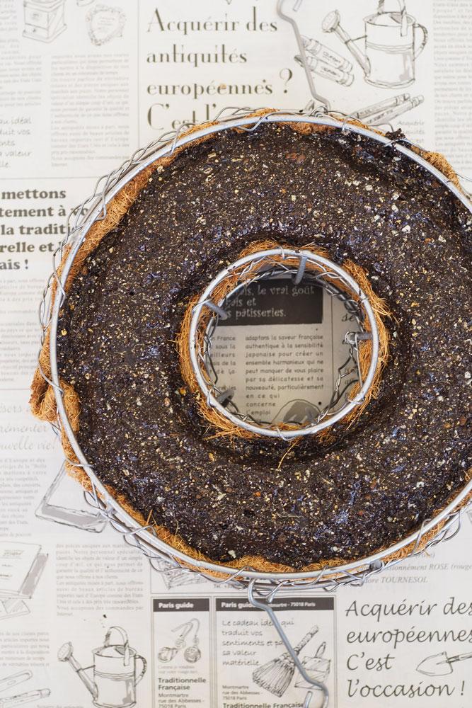 ワイヤーのリースベースに培養土を2/3程度入れ、その上にネルソルを敷き詰める