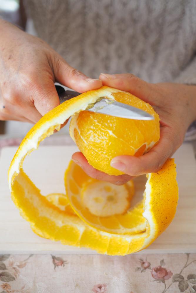 1、 ネーブルオレンジの皮をむいたら、果実を瓶の口に入るサイズにカットして瓶に入れる