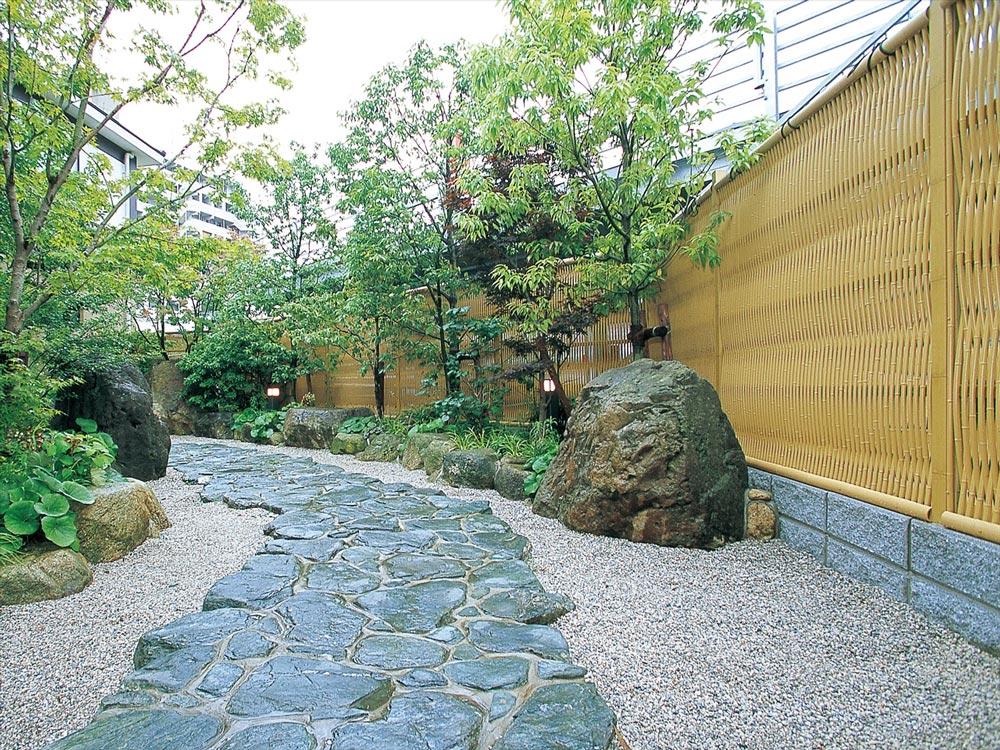 石を敷き詰めて石畳にする手法を「延段(のべだん)」といいます