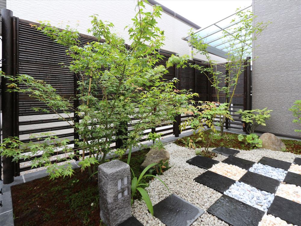和風感を出すアイテムとして必須なのが、竹垣