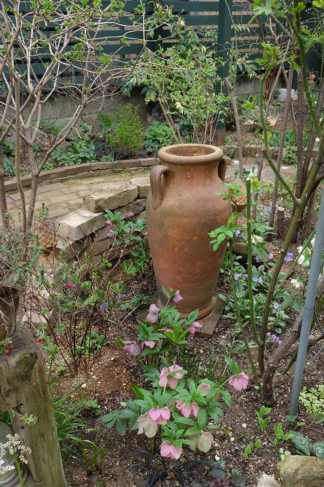 大きな壺が庭のアクセント