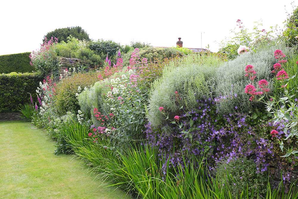 アプトン・グレイの宿根草ボーダー花壇