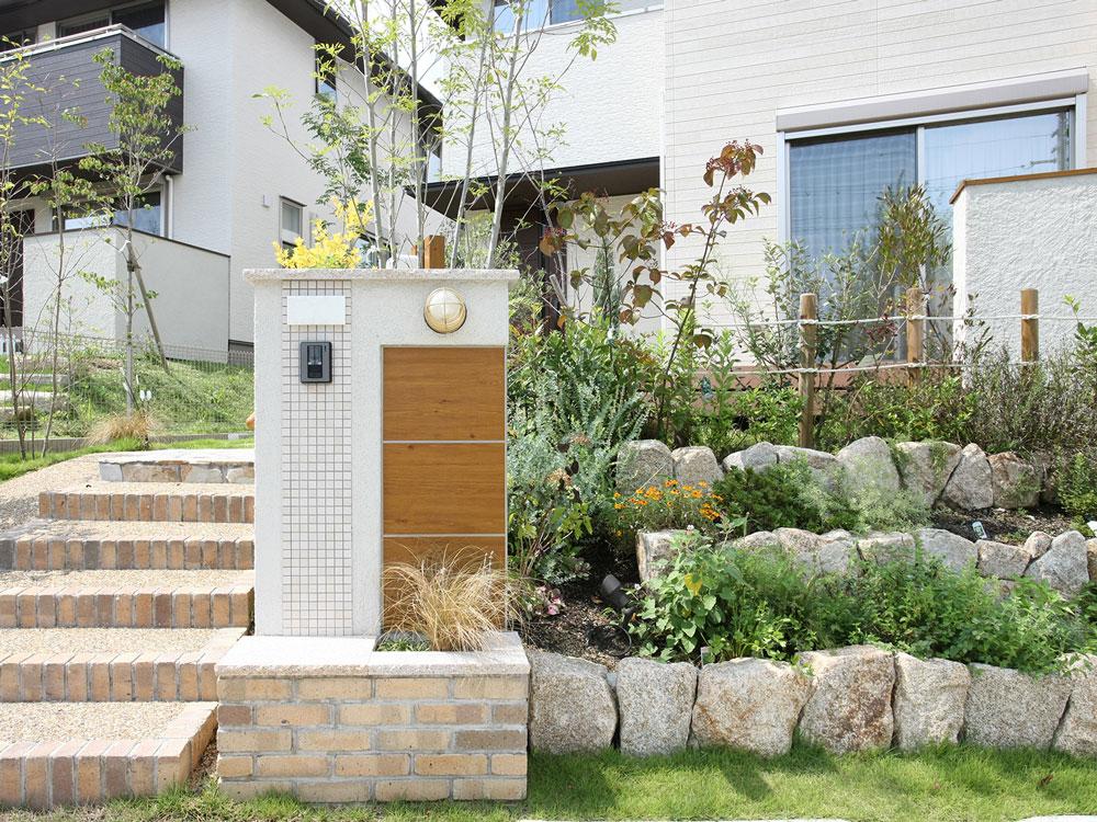 おしゃれな門柱で家を魅きたてよう! 門柱の種類やデザインを徹底解説