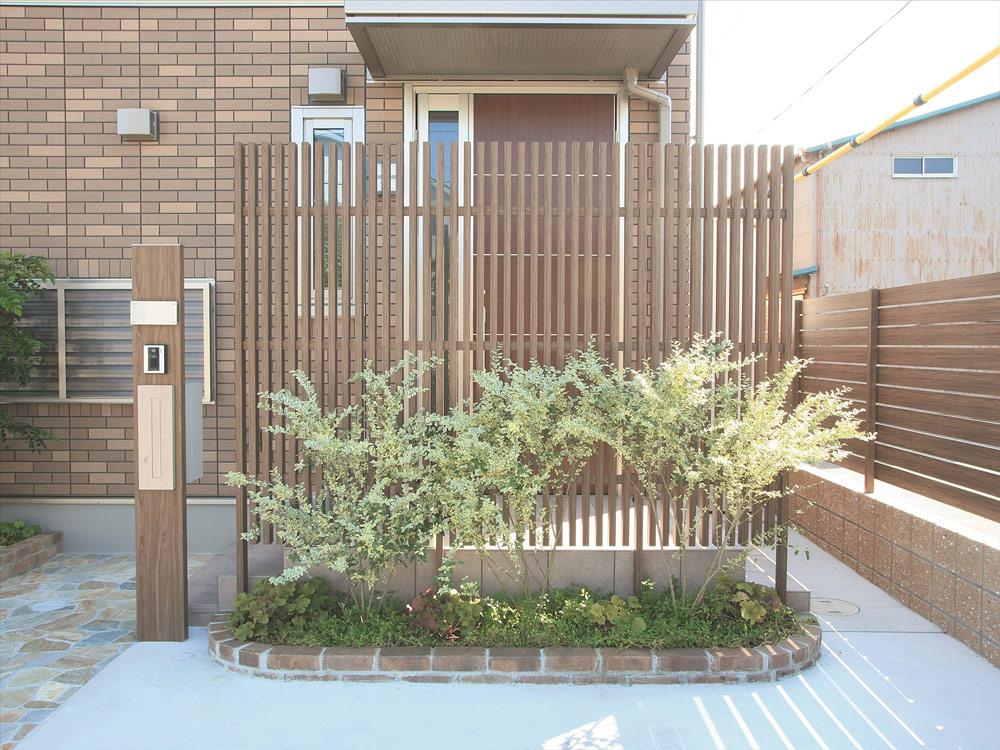 住宅外壁などのワンポイントカラーに門柱のカラーを合わせる