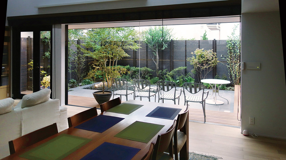 窓から見えるダイナミックな和モダンの庭