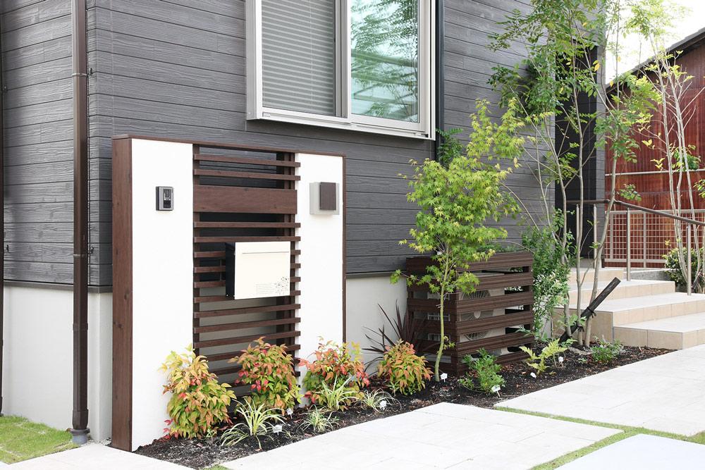 半透明のポリカボネートを濃いブラウン色の木目調角材で挟んだデザイン