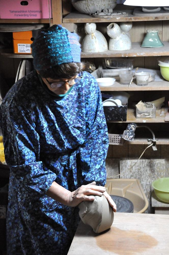 作陶中の清水さん