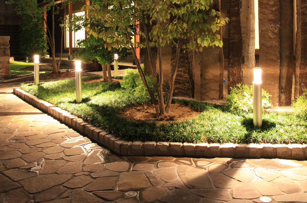 低い植栽と高い植栽を効率よく照らすポールライト