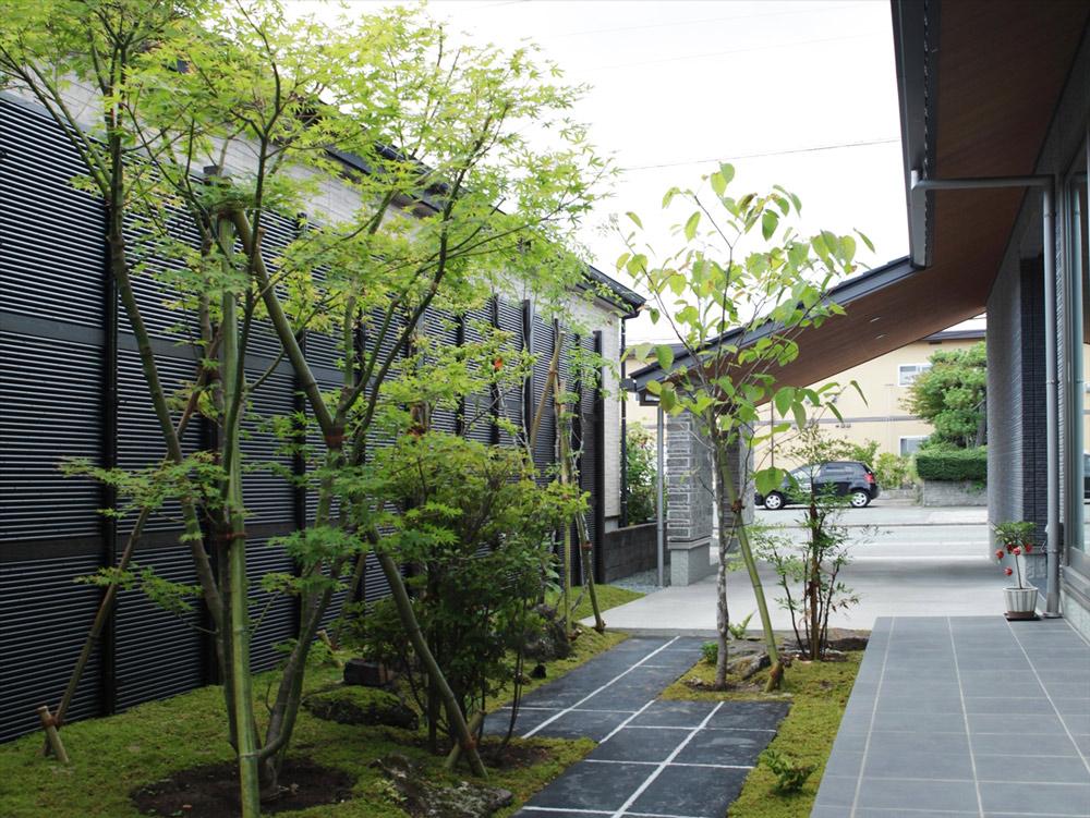 住宅と庭の雰囲気が調和した和モダン空間