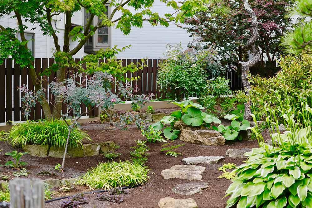 雑草の生えない庭