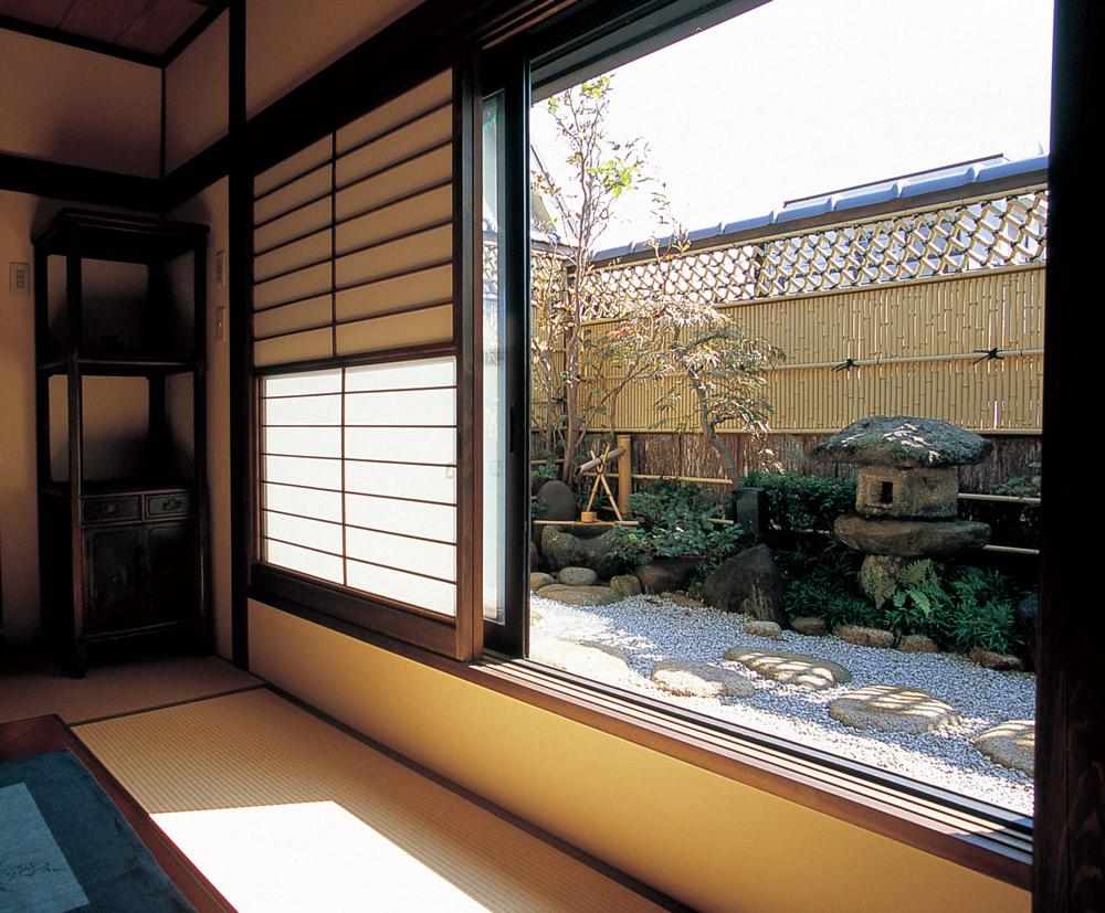 窓枠がフレームに…窓越しに眺める和風の庭