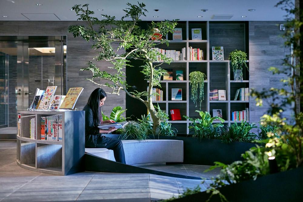 緑に囲まれて好きな本を読むことができるマンションラウンジ