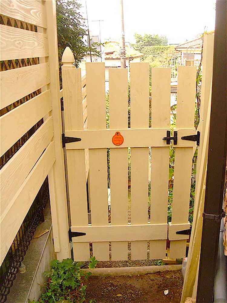 手作りのフェンスのドア