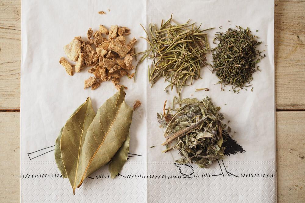 ジンジャー・ローズマリー・タイム・ローリエ・セージのドライ(乾燥)ハーブを使って、ピクルス液を作る