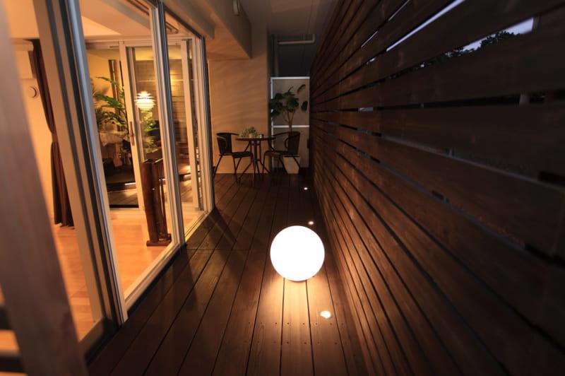 低い位置にライトを配置してムーディーな空間づくり