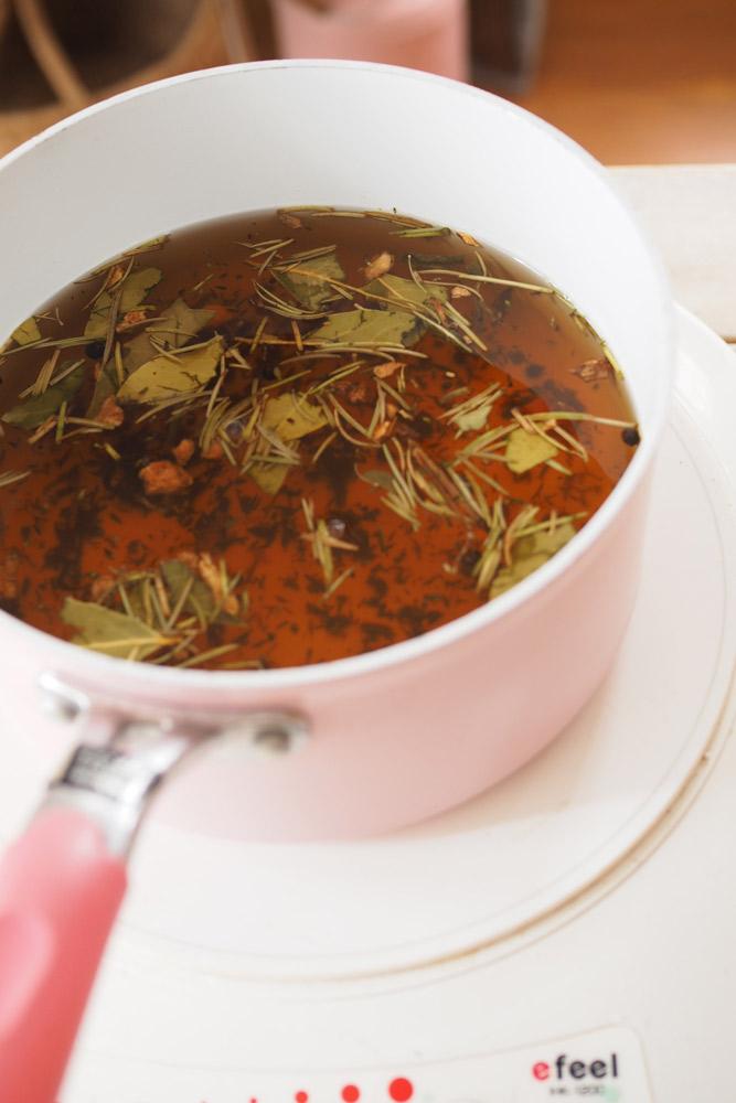 お酢を入れて、ひと煮立ちさせたら、鍋を火からおろして粗熱を取る