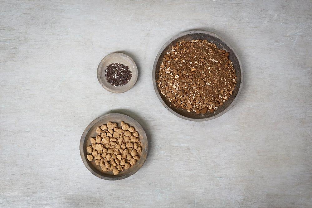 培養土、鉢底土(赤玉大粒)、緩効性肥料