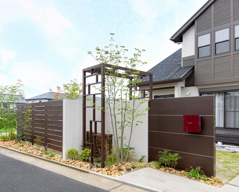 シンボリックな門まわりと周辺環境に配慮した植栽