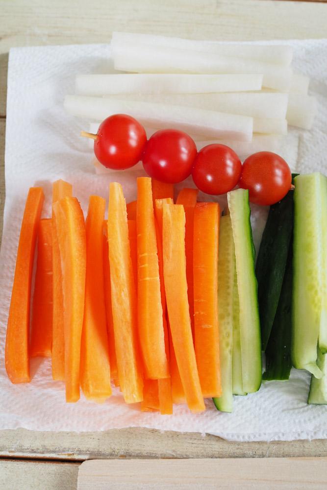 野菜を適当な大きさに切り、煮沸消毒を済ませたビンに詰める