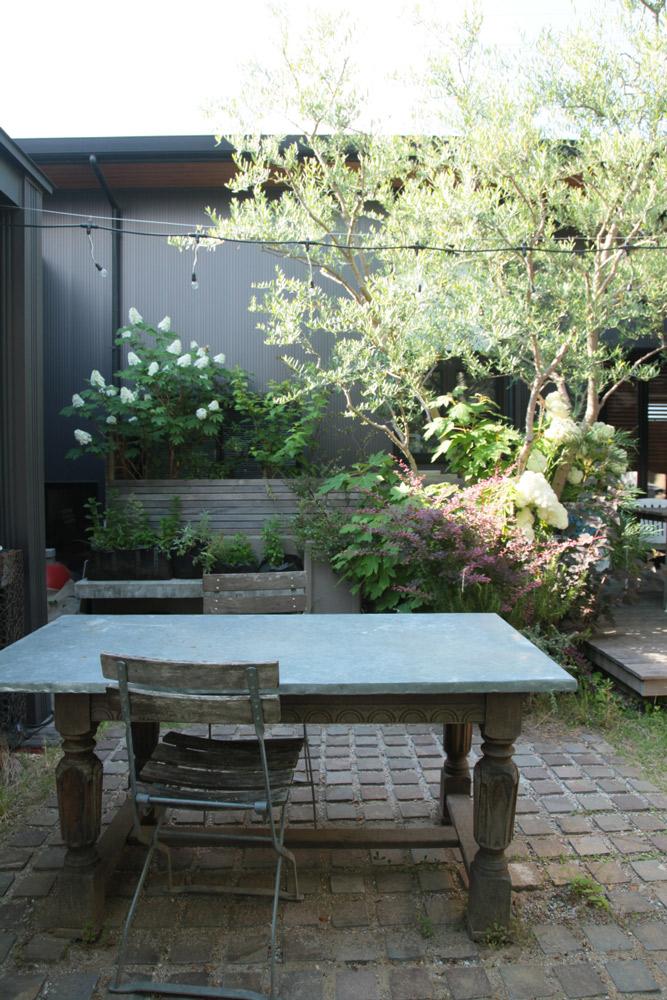 何箇所にも庭で過ごすためのテーブルと椅子が配置されている