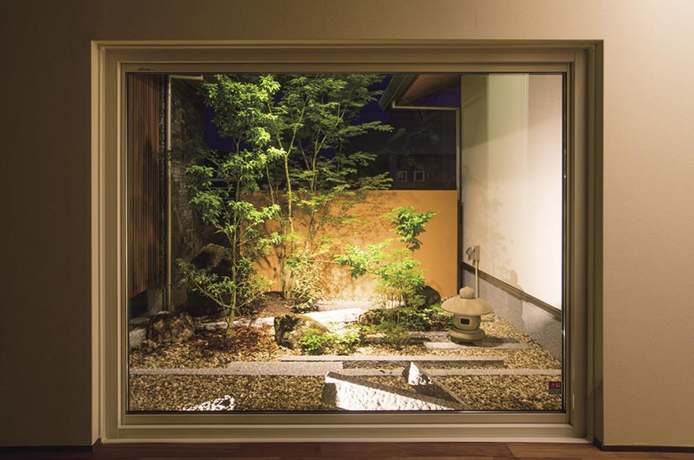 窓枠を額縁に…和モダンな絵画風坪庭