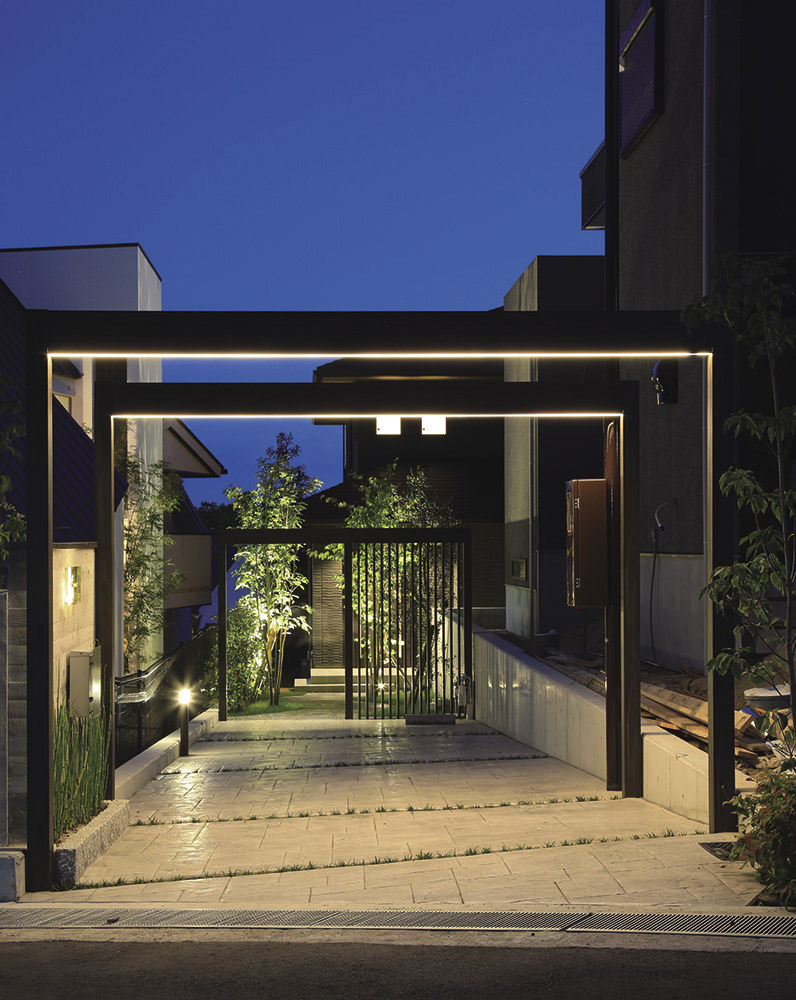 ●事例3.夜間のライティングで一層生きる玄関ゲート