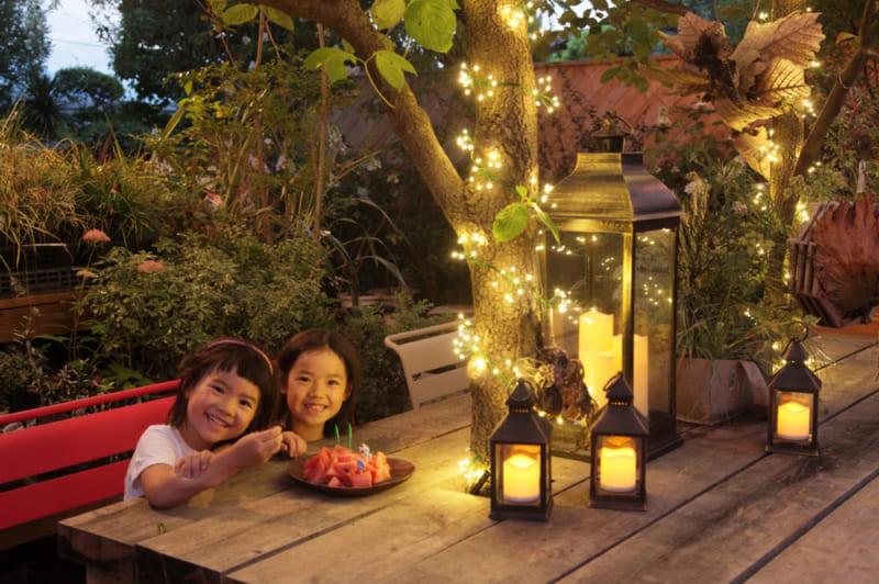 庭に灯がともると、なんでワクワクするんだろう? 〜明田川奈穂美の行かなくちゃ! ウェブ特別版〜