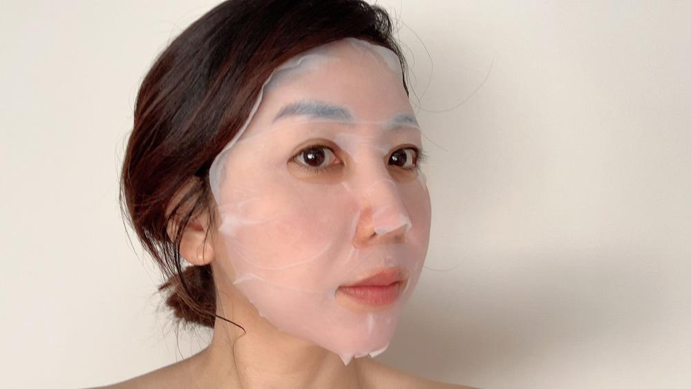 ぴったりと密着して、マスク中にドライヤーや家事をしても剥がれません。