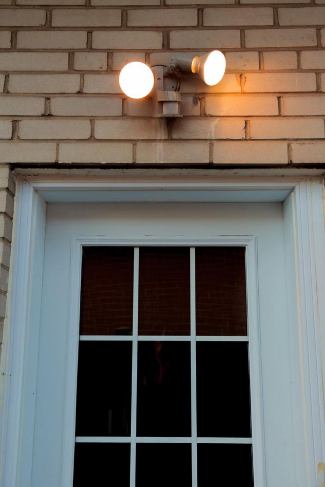 庭の防犯対策:センサーライトを配置す