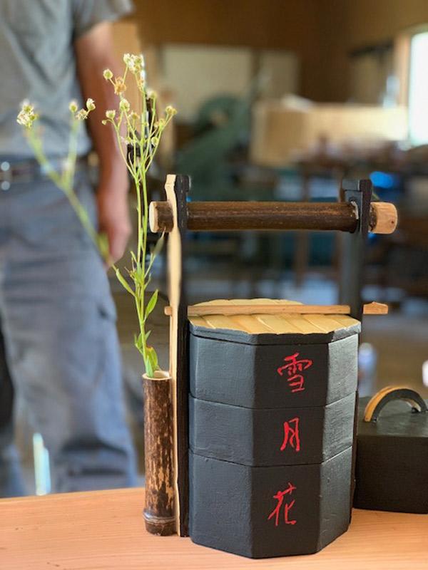 竹材で作られた昔のお弁当箱。季節毎の風物や、野草を添える工夫がみられた。