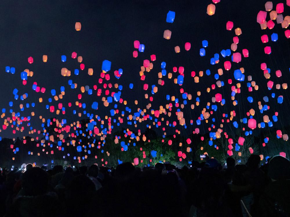 必見! 無数のランタンが夜空を幻想的に飾る「スカイランタンフェス」
