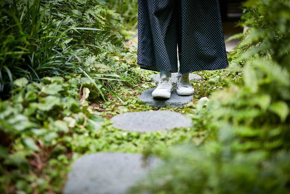 石畳や土の上を歩くことで足元から自然を感じる