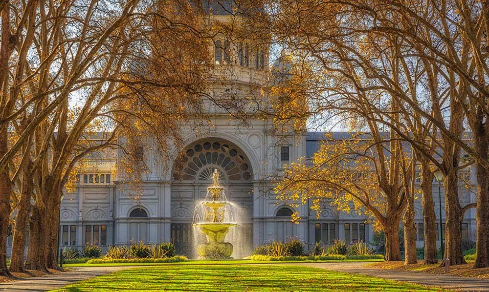 秋のカールトン庭園と王立展示館