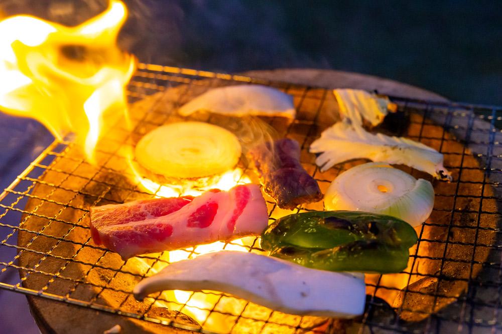 七輪(しちりん)の炭火焼で鳥モモやモツ焼きがうまい
