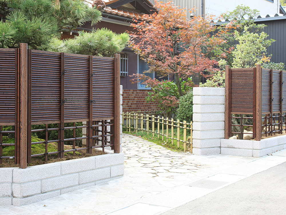 落葉樹や常緑樹と針葉樹のある住宅のアプローチ