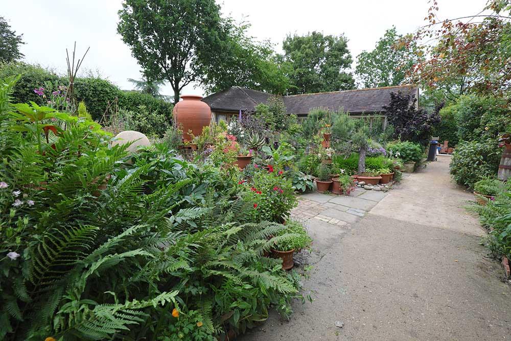 ウィッチフォード・ポタリーのコートヤード・ガーデン