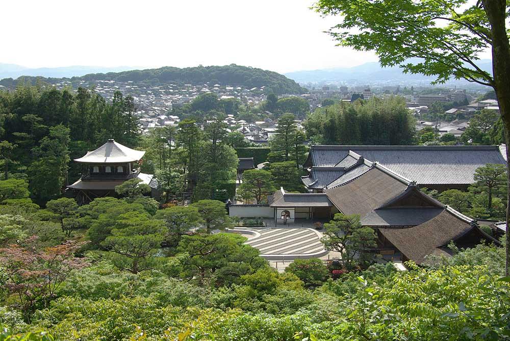 室町時代に作られた「銀閣寺」を高台から望む