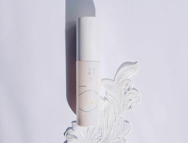 """8種の日本の植物エキスをブレンドした""""白花八草エキス""""が内側から発光するようなみずみずしく明るい肌に 草花木果「美白美容液[医薬部外品]」"""