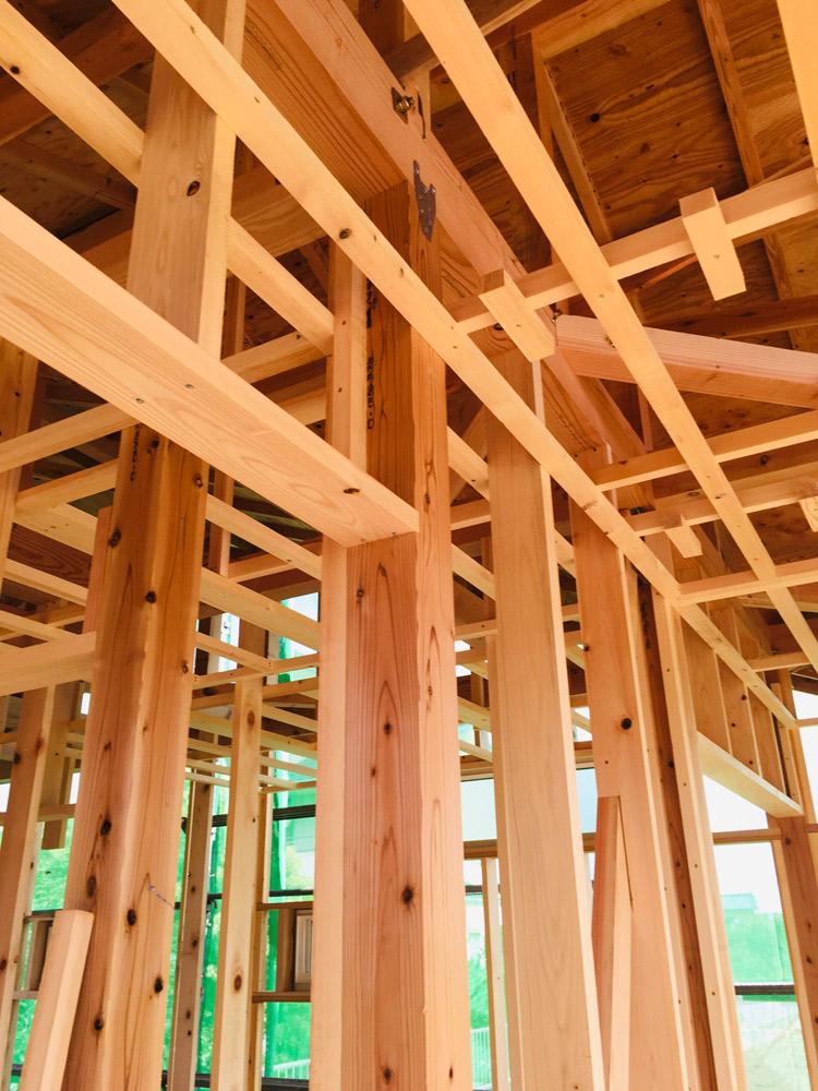 梁や土台、柱なども天然の木をそのまま使った無垢材
