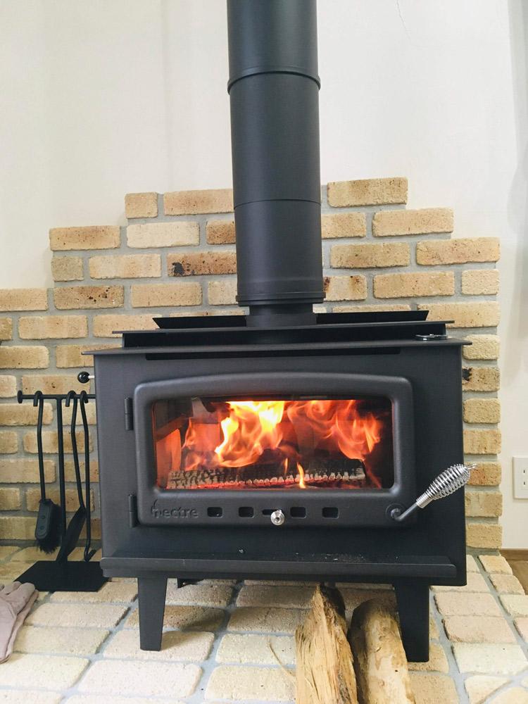 冬場の暖房は薪ストーブ