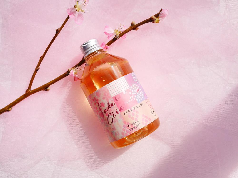 八重桜と、八重桜酵母で発酵させた酒粕がハリのある美肌に ナチュラルアイランド「アロマバスエッセンス さくらとゼラニウム」