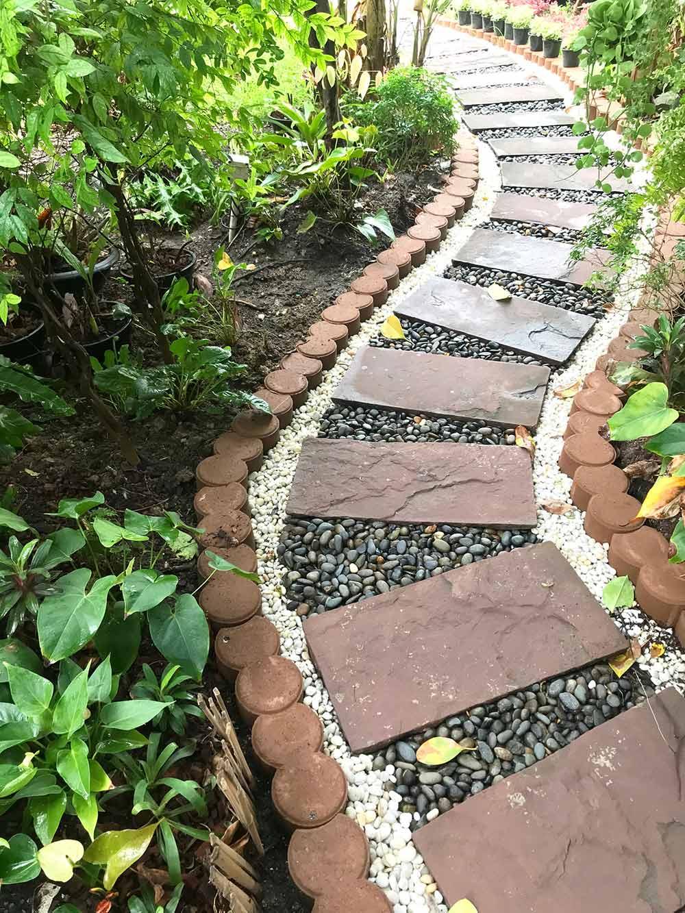 タイルを置くだけでオシャレな小道に タイルの回りに砂利を敷くと簡単にできる
