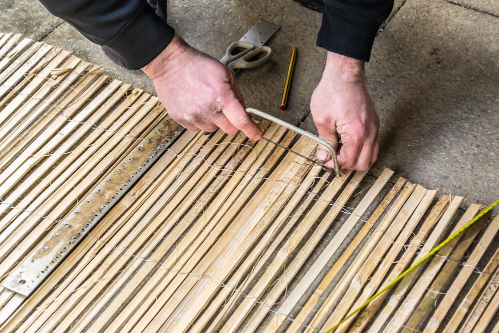 簾 細く割った竹を並べて糸で編んだもの