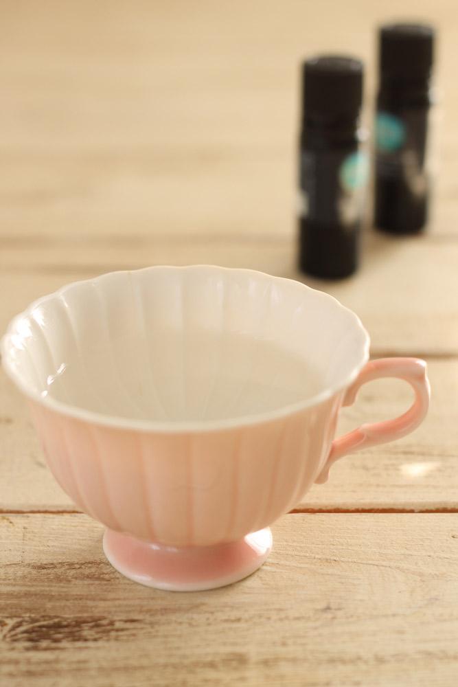 マグカップにお湯をはって、そこにペパーミントの精油を1滴