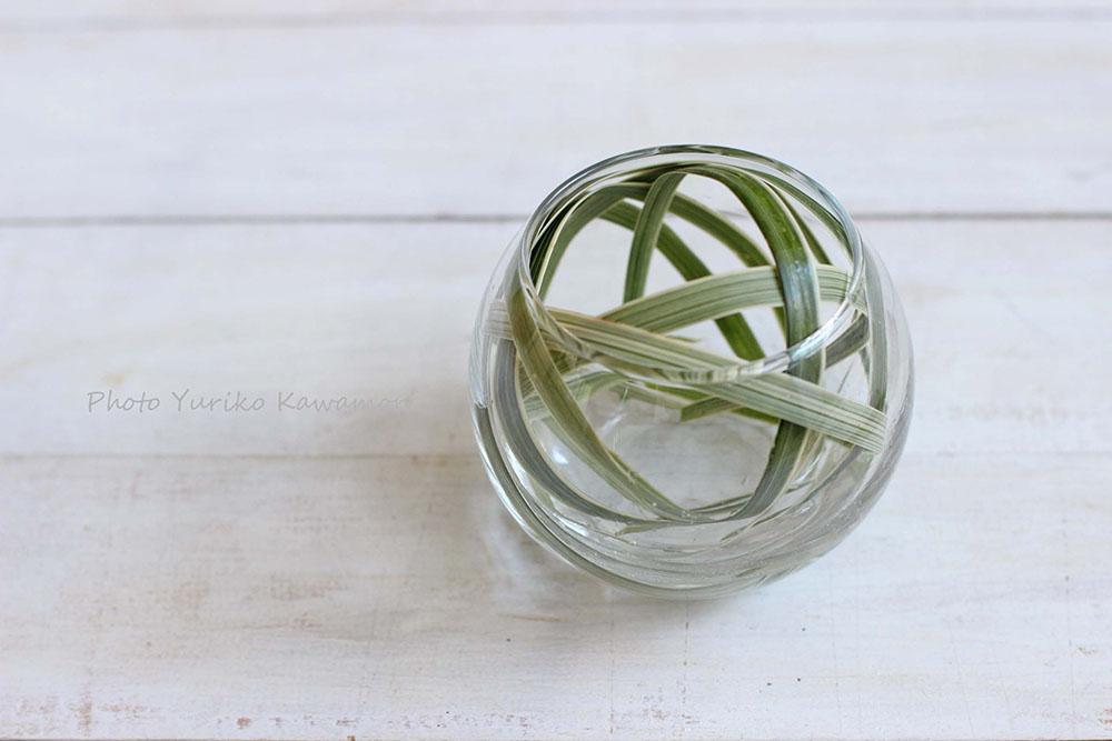 丸い花瓶のムスカリアレンジ