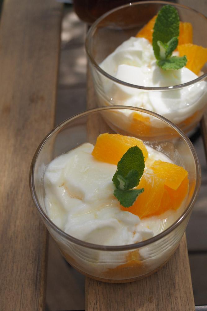 オレンジを入れたヨーグルトに、アップルミントコーディアルを