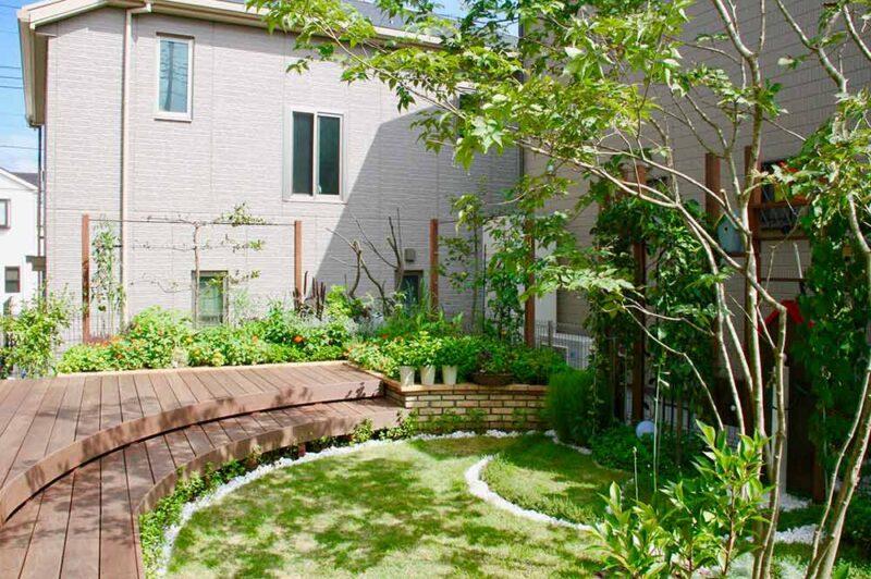 住宅街の省スペースの庭