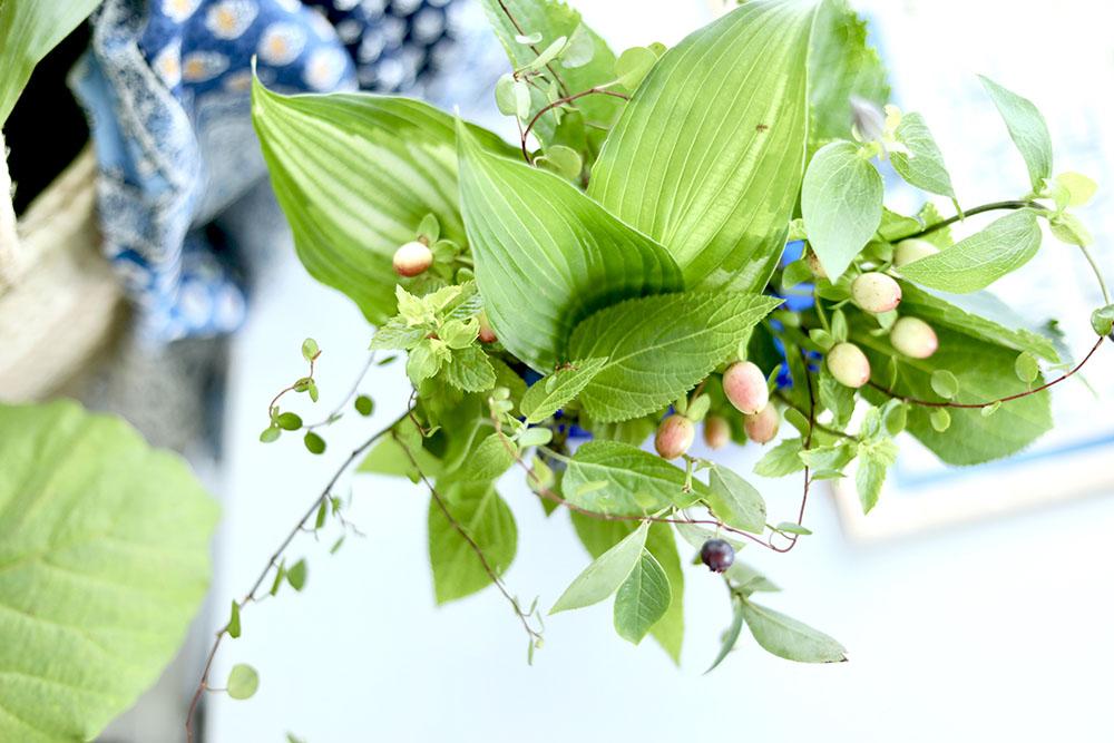 青い花瓶の葉物アレンジ