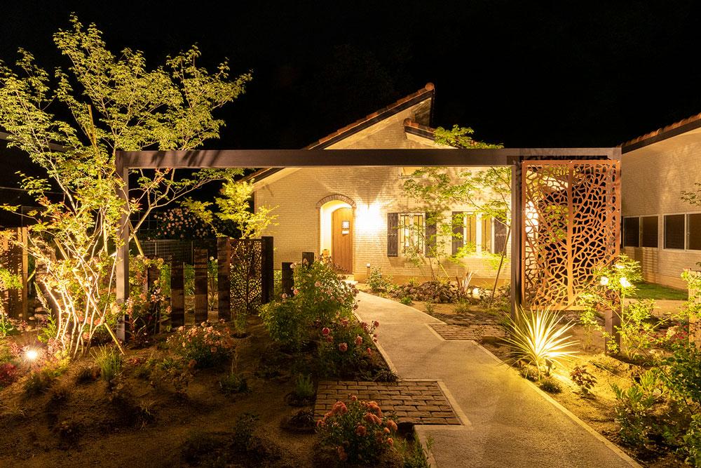 たくさんの植物を照らして明るく美しいお庭に