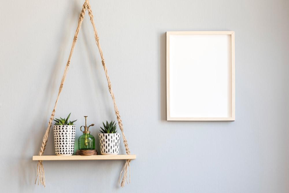 板に紐を通して吊るした植物の棚。Followtheflow/Shutterstock.com